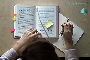 Frau liest in aufgeschlagenem Buch