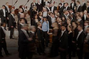 Frau mit Virtual-Reality-Brille mit Musikern im Konzertsaal