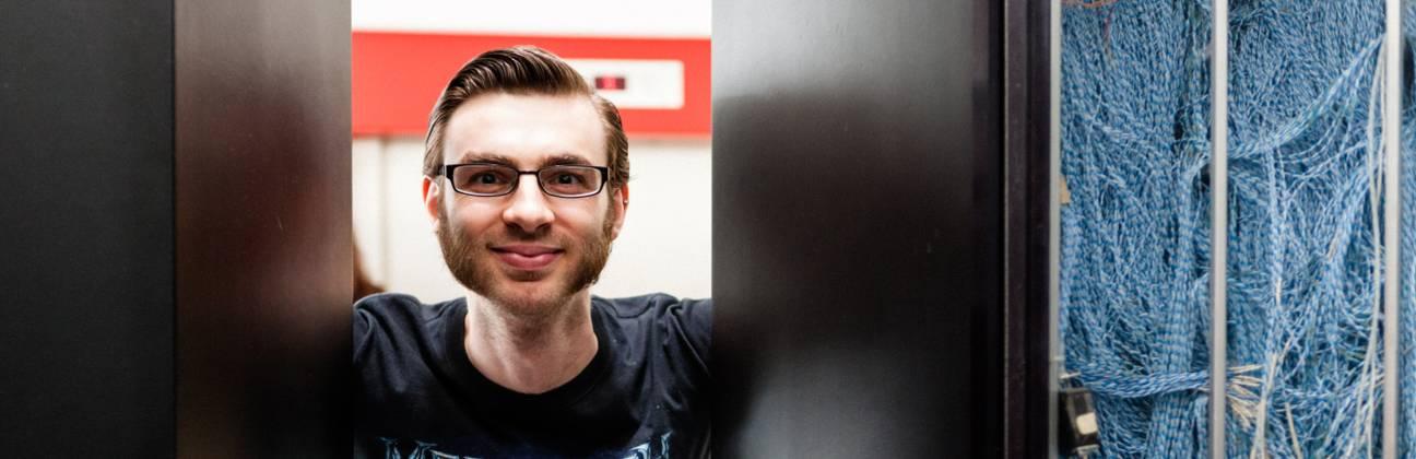 Student neben einem Server